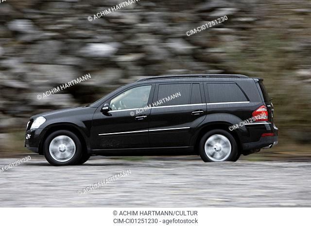 Mercedes GL 500, model year 2006-, black, driving, side view, offroad