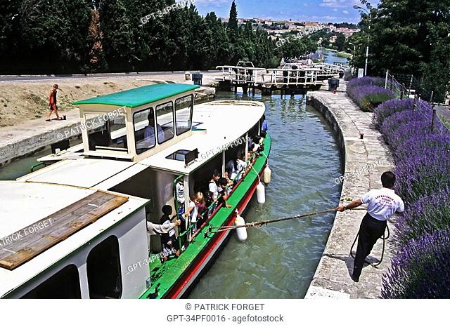 CANAL DU MIDI, CRUISE BETWEEN BEZIERS AND FONSERANNES, GOING THROUGH THE LOCK, HERAULT 34, FRANCE