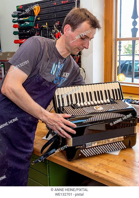 Instrument maker with accordion