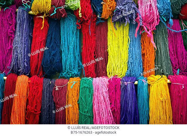 madejas de lana teñidas a mano en marrakech, marruecos, skeins of wool dyed by hand in Marrakech, Morocco