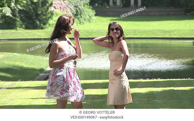 Zwei junge Frauen im Park