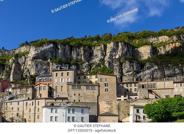 VILLAGE OF ROQUEFORT-SUR-SOULZON IN THE VALLEY CROSSED BY THE SOULZON RIVER, (12) AVEYRON, MIDI-PYRENEES, FRANCE