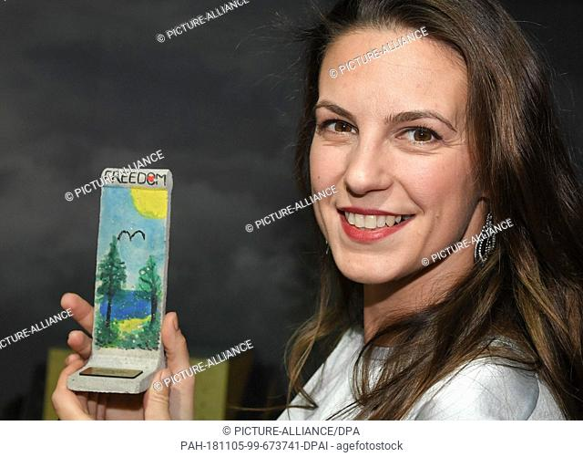 05 November 2018, Berlin: Moderator Katrin Wrobel shows a wall element she designed herself on a scale of 1:21 at a press event in Little Big City Berlin