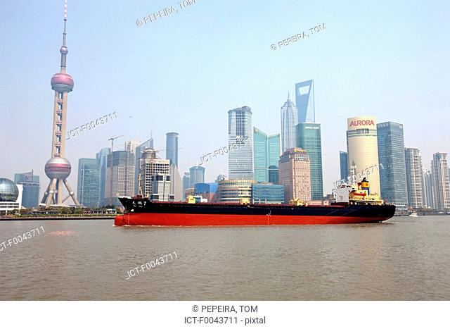 China, Shanghai, the Bund, Huangpu river and new town of Pudong