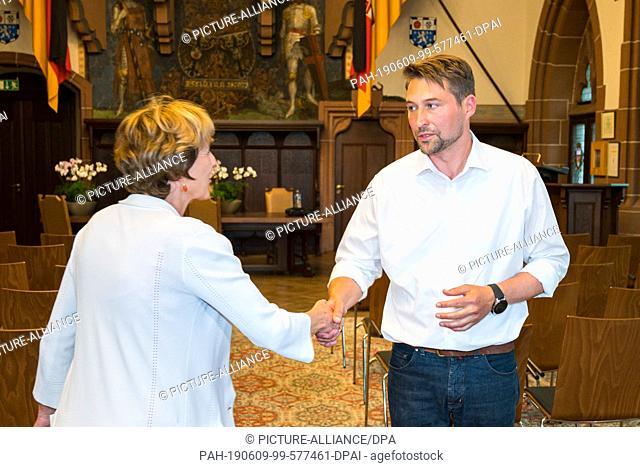 09 June 2019, Saarland, Saarbrücken: Incumbent Charlotte Britz (SPD) congratulates Uwe Conradt (CDU) on winning the run-off vote for the Lord Mayor's Office of...