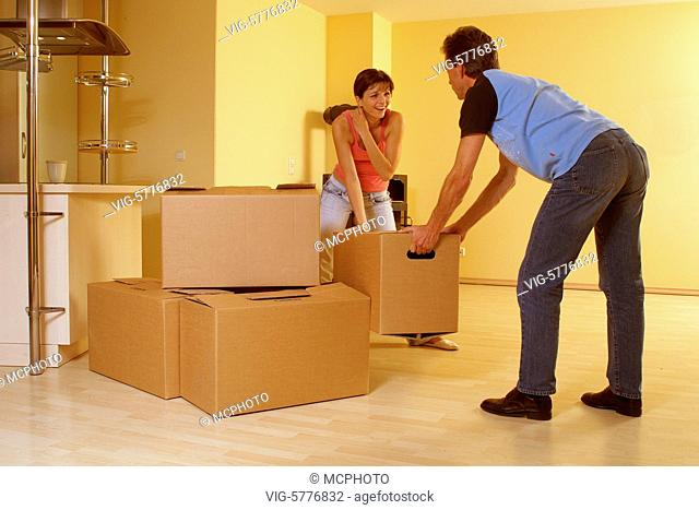 Ein junges Paar zieht in ein neues Haus ein, 2006 - Hamburg, Germany, 01/08/2006