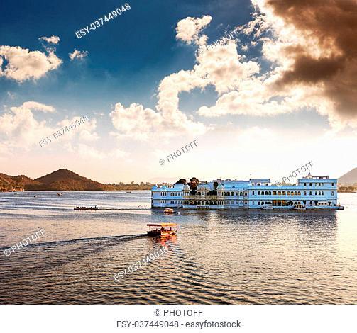 Lake Pichola and Taj Lake Palace , Udaipur, Rajasthan, India, Asia