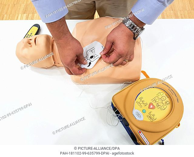 29 October 2018, Hessen, Marburg: Angelo Sapia from the Björn Steiger Foundation demonstrates the use of an automated external defibrillator (AED) during a...