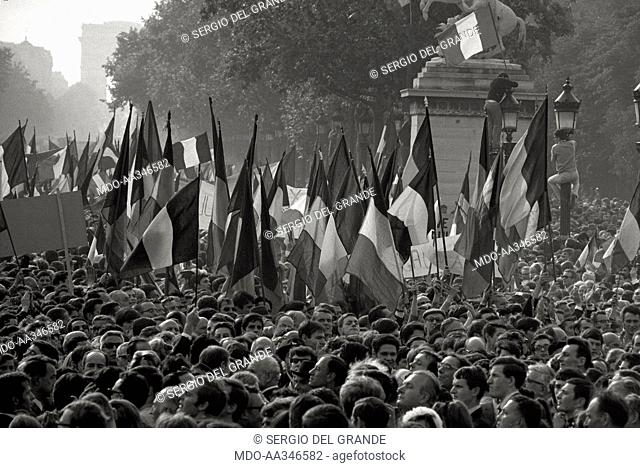 The risk of a revolution in Paris has been averted. French flags on the Champs-Elysées in a demonstration of De Gaulle supporters