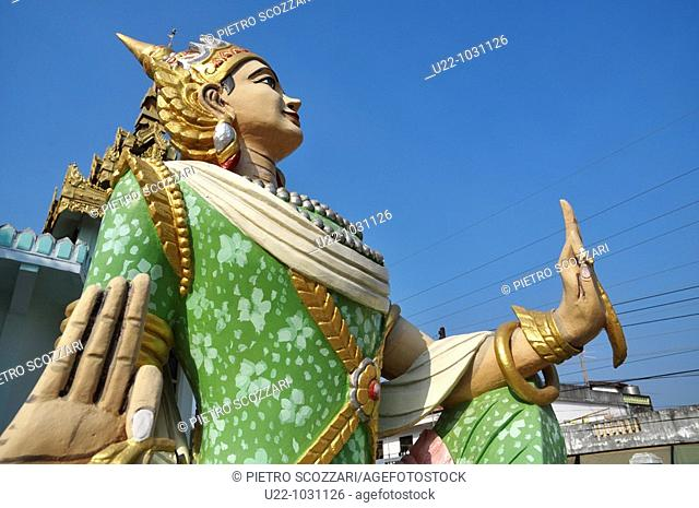 Tachileik (Myanmar), Buddhist statue at a pagoda in the Dhammayon district
