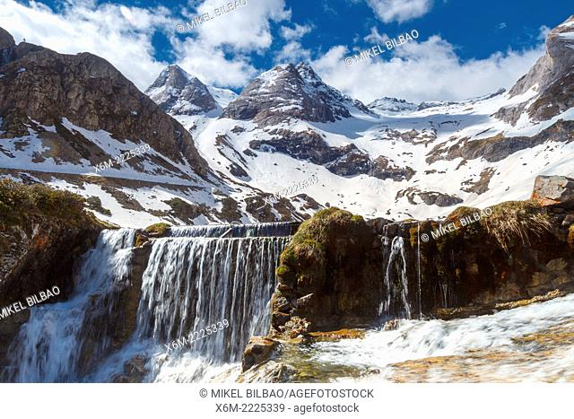 Maillet plateau. Troumouse glacier cirque