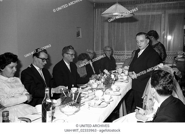 Eine Rede an das Brautpaar, Deutschland 1960er Jahre. Delivering a speech to the bridal couple, Germany 1960s