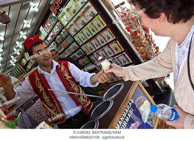 Turkey, Istanbul, Beyoglu, Taksim district, a icecream vendor in the street Istiklal Caddesi