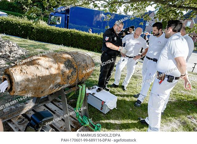 Explosive ordnance dispolsal specialist Georg Ocklenburg explains the functioning of a previously disarmed US-American aircraft bomb to colleagues from the fire...