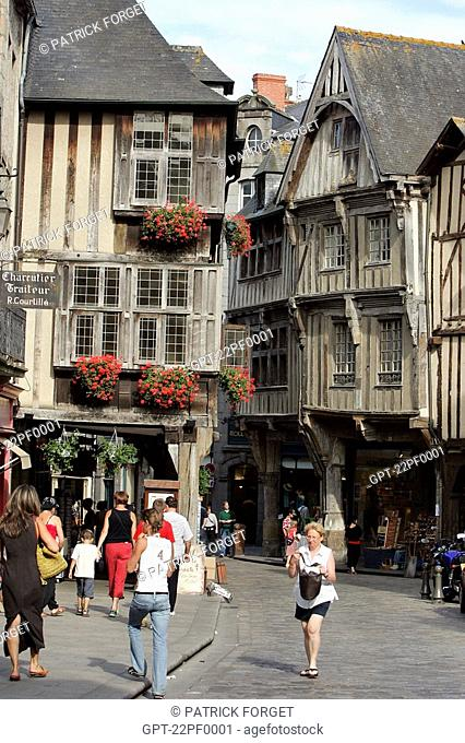 TIMBERED HOUSES WITHIN THE CITY WALLS, MEDIEVAL TOWN OF DINAN, COTES D'ARMOR 22, BRETAGNE, FRANCE