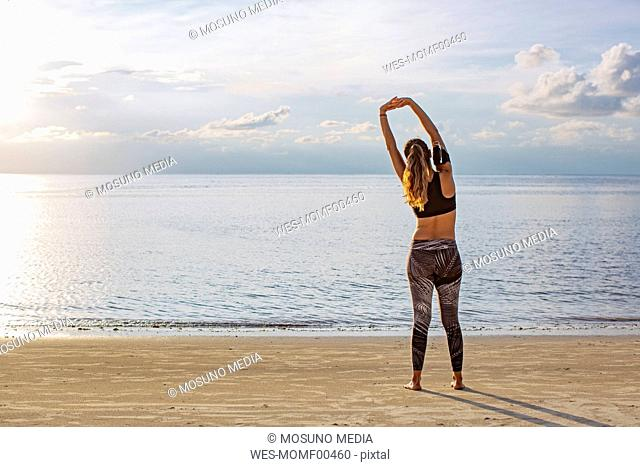 Thailand, Koh Phangan, Sportive woman doing workout on the beach