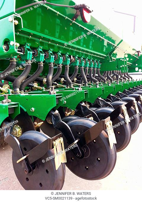 Hydraulic down-pressure drill for seed preparation