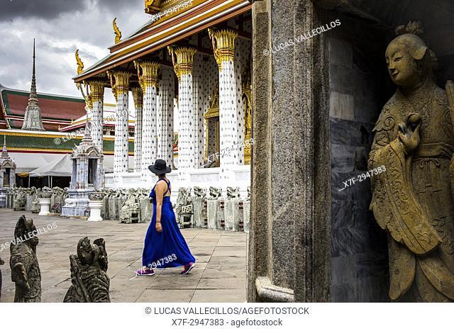 Woman, tourist, Wat Arun (Temple of Dawn), also called Wat Bangmakok Noek, Bangkok, Thailand