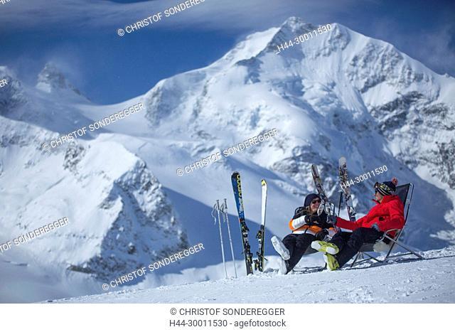 Paar mit Ski auf Diavolezza vor dem Piz Bernina