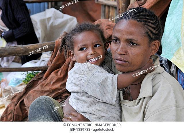 Ethiopian mother with baby, small girl, market of Arsi Negelle, Oromia, Ethiopia, Africa