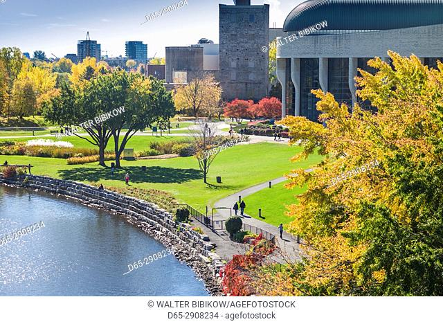 Canada, Quebec, Hull-Gatineau, wallkway by the Ottowa River, autumn