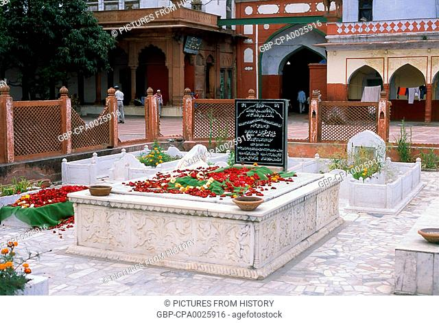India: The tomb of Mufti-i-Azam Shah Muhammad Mazhar Allah (1886 - 1966) in the courtyard of the Fatehpuri Mosque, Chandni Chowk, Old Delhi