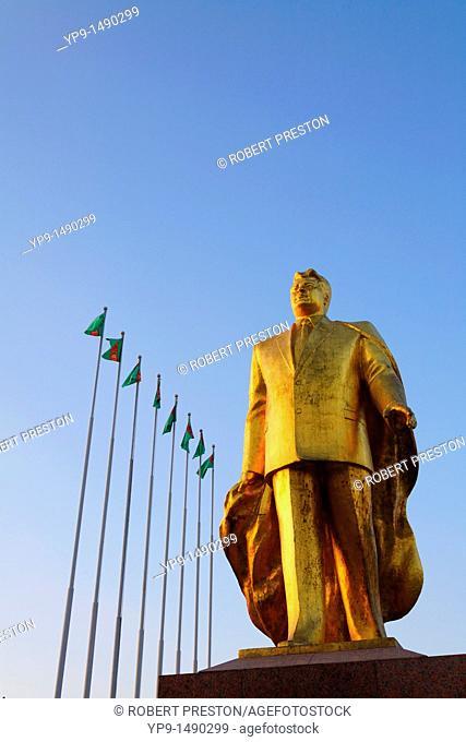 Turkmenistan - Ashgabat - Berzengi - golden statue of Niyazov in the Park of Independence