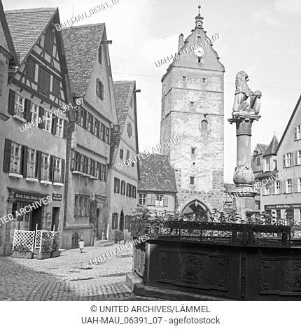 Marktplatz mit Brunnen und Kirchturm in einer Kleinstadt, Deutschland 1930er Jahre. Main market with fountain and belfry in a small town, Germany 1930s