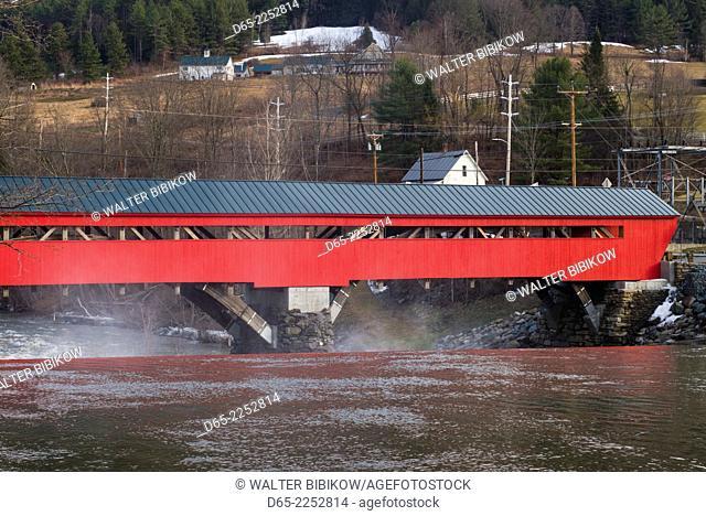 USA, Vermont, Taftsville, Taftsville Covered Bridge over the Ottauquechee River