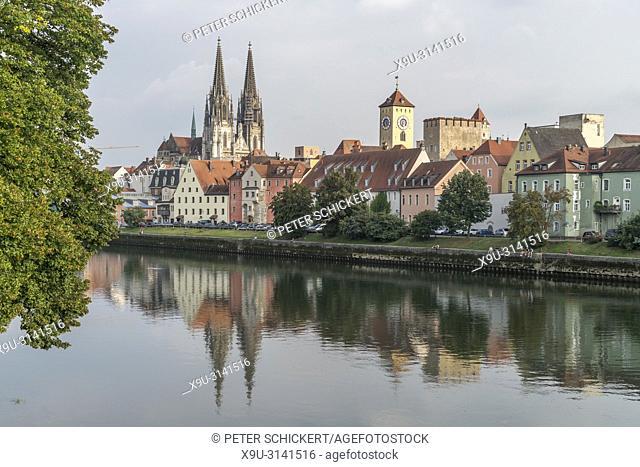 Stadtansicht mit Donau, Altstadt und Dom St. Peter in Regensburg, Bayern, Deutschland, Europa | cityscape with Danube river and Regensburg Cathedral in...