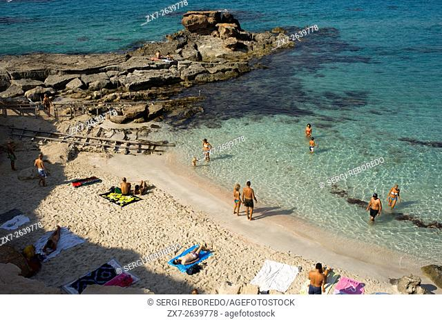 Es caló des Mort, Migjorn beach, Formentera, Balears Islands, Spain. Holiday makers, tourists, Es caló des Mort, beach, Formentera, Pityuses, Balearic Islands