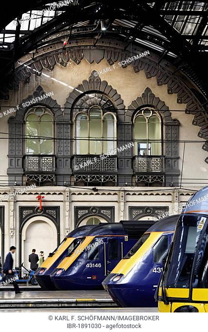Trains in the historic main hall, railway terminus London Paddington station, London, England, United Kingdom, Europe
