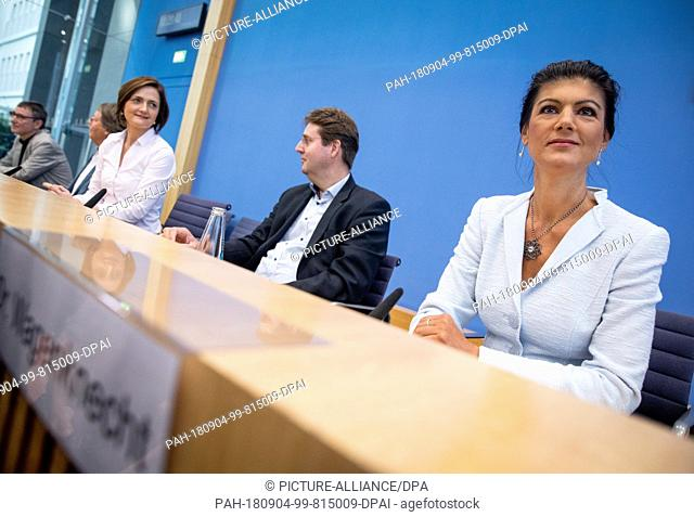 04.09.2018, Berlin: Sahra Wagenknecht (r-l), Chairwoman of the parliamentary group of the party Die Linke(The Left), Ludger Volmer (Alliance 90/The Greens)