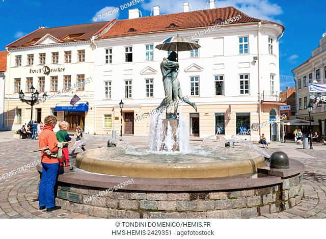 Estonia (Baltic States), Tartu region, Tartu, Town Hall square, Raekoja Square (Raekoja plats), Statue of lovers (Suudlevad Tudengid)