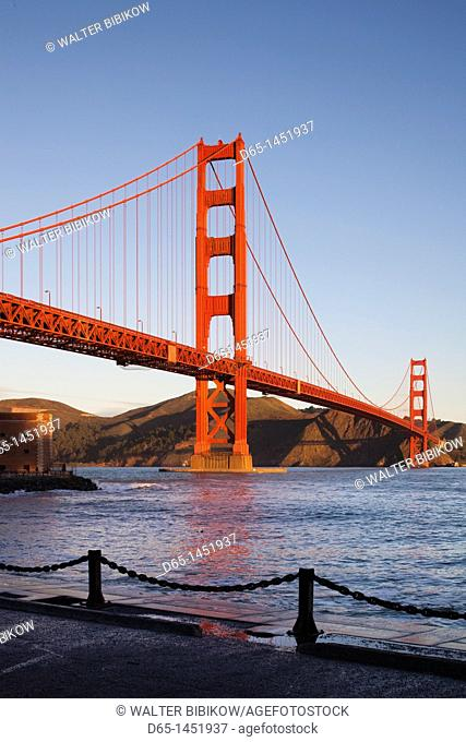 USA, California, San Francisco, Presidio, Golden Gate National Recreation Area, Golden Gate Bridge from Fort Point, dawn