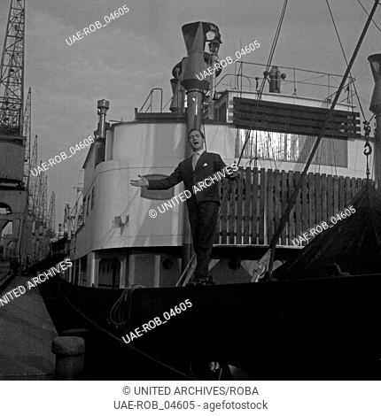 Der Sänger und Schauspieler Freddy Quinn im Hafen von Hamburg, Deutschland 1950er Jahre. Singer and actor Freddy Quinn at Hamburg port, Germany 1950s
