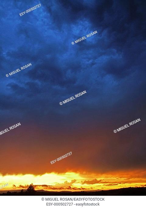 Puesta de sol con lluvia en La Cuesta del Rato, pedanía de Castielfabib, en el término municipal del Rincón de Ademuz  Valencia, Comunidad Valenciana  España