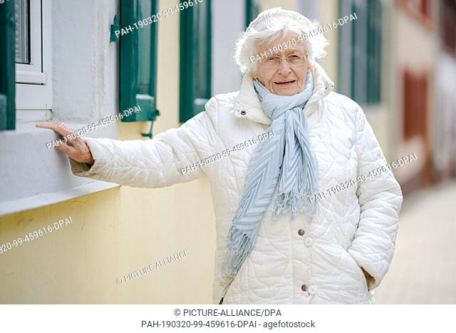 """18 March 2019, Rhineland-Palatinate, Kirchheimbolanden: Lisel Heise is standing in the old town. The 100-year-old is running for the electoral initiative """"""""Wir..."""