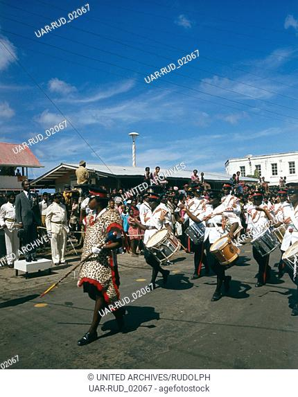 Sir Eric Matthew Gairy, der erste Premierminister Grenadas, während einer Parade am Nationalfeiertag, dem 7. Februar 1974