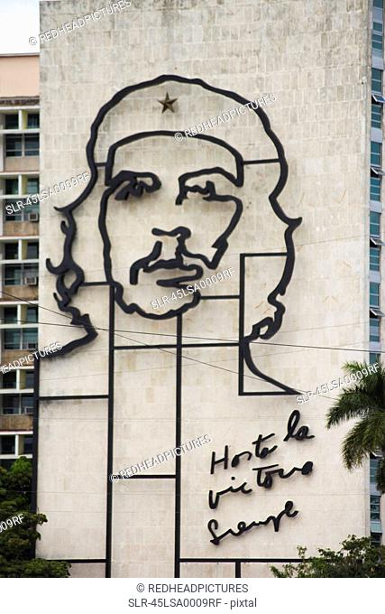 Sculpture of Che Guevara on building