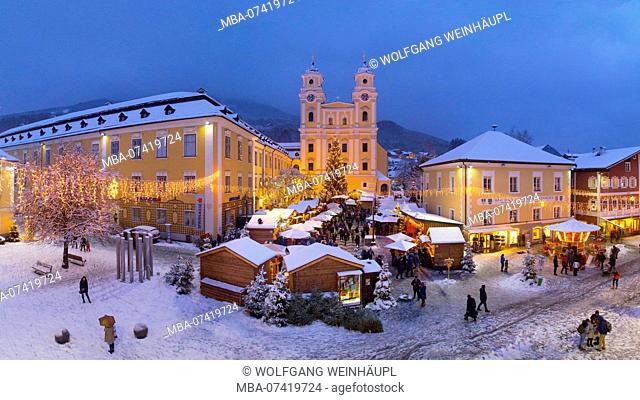 Austria, Upper Austria, Salzkammergut, Mondsee, Mondsee Advent, Basilica of St. Michael, Marketplace