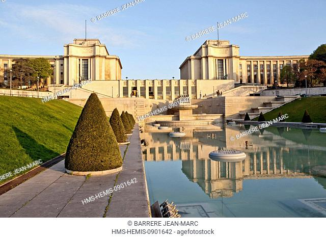 France, Paris, area listed as World Heritage by UNESCO, fountains in the gardens of the Trocadero and Palais Chaillot