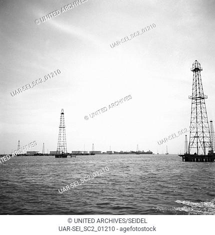 Erdölförderung am Maracaibo-See, Venezuela 1966. Oil production at the Lake Maracaibo, Venezuela 1966
