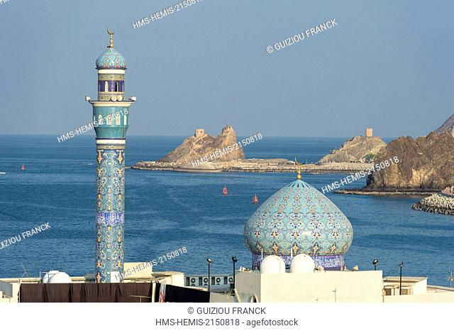 Sultanate of Oman, gouvernorate of Mascate, Muscat (or Mascate), Mutrah (or Matrah) harbour at the foot of the Mount Hajar and Lawati mosque