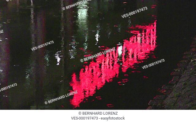 Der Schriftzug der Leuchtreklame siegelt sich  im Wasser des Seevekanals vor dem Phoenix-Center in Hamburg Harburg