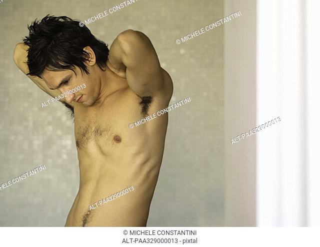 nackter-muskuloeser-mann-mit-gesenktem-kopf-weite-hueften-sexy-nackt-japanisch