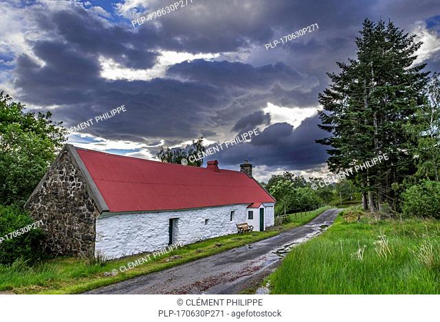 19th century Moirlanich Longhouse, cruck-framed lime-washed Scottish cottage with cattle byre in Glen Lochay near Killin, Stirling, Scotland, UK