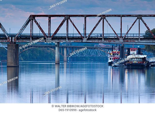 USA, Arkansas, Little Rock, Arkansas River and bridges, dawn
