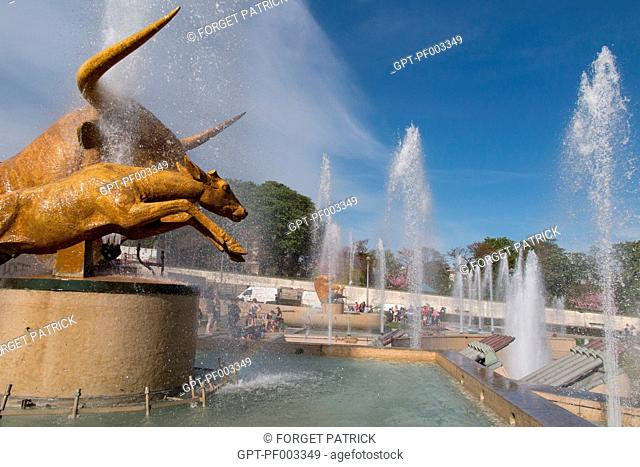 STATUE OF THE BULL AND THE ROE BY PAUL JOUVE, FOUNTAINS BY THE POND, TROCADERO GARDEN IN FRONT OF THE EIFFEL TOWER, 16TH ARRONDISSEMENT, PARIS (75), FRANCE