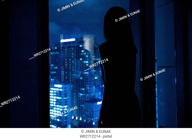 Silhouette og young woman watching night view